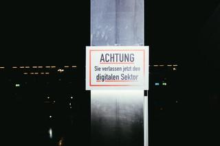 Ein Schild am Ausgang mit der Aufschrift