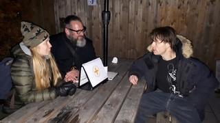 Tina Leth Hansen sidder ved et bord sammen med en mandlig stofbruger