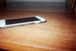 Mobiltelefon på træbord