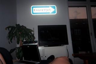 Man kan se benene på en person, der ligger foran et tv