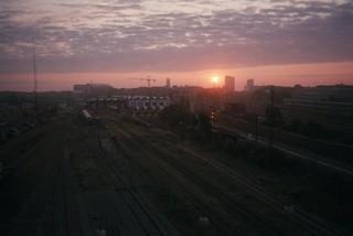 Solnedgang over togskinnerne ved Aarhus Banegård