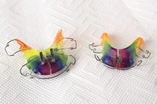 Zwei regenbogenfarbene lockere Zahnspangen
