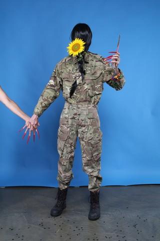 Kobieta w mundurze z włosami na twarzy