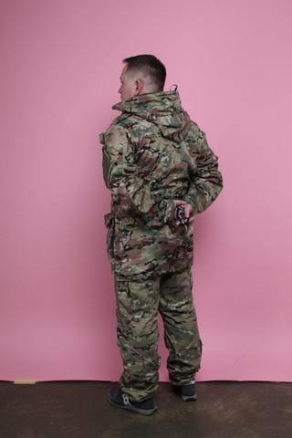 Mężczyzna stojący tyłem do aparatu