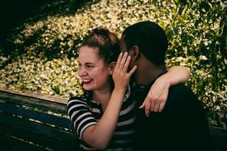 Eine Frau hält lachend ihren Freund in den Armen