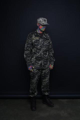 pomalowany mężczyzna w mundurze