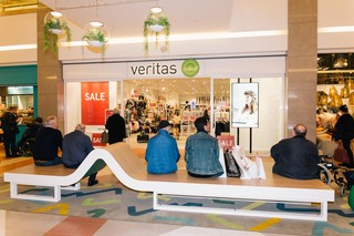 mannen-die-wachten-op-hun-vrouw-in-wijnegem-shopping-centrum
