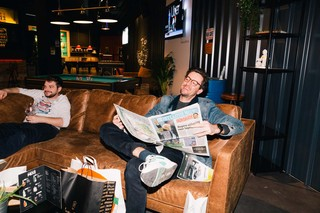 sport-krant-lezen-in-man-cave-the-hub-wijnegem-shopping-centrum