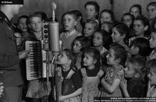 1547028531082-deca-koja-su-dovedena-da-nastupaju-u-decijem-programu-Sender-Belgrada-nepoznato-je-da-li-su-deca-iz-beograda-ili-iz-Foklsdojcerskih-porodica-iz-Panceva-i-Banata
