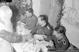 1547028612823-Esesovci-proslavljaju-novu-1943-godinu-negde-u-Beogradu-dok-ih-zabavlja-jedan-od-njih-prerusen-u-Deda-Mraza-koji-im-deli-poklone-uocavaju-se-skaredno-iscrtani-zidovi
