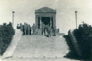 1547028640761-jos-jedna-grupa-izletnika-iz-redova-okupatorske-vojske-obilazi-spomenik-Neznanom-junaku-na-Avali-foto-DN