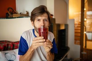 Michi Buchinger trinkt einen Smoothie