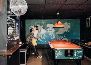 koppel-en-biljarttafel-in-kids-rhythm-n-blues-kaffee-grote-markt-antwerpen