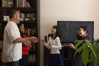 Marie Kondo lässt sich von einem Ehepaar deren Wohnzimmer erklären
