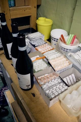 Rødvin bliver trukket op på kontoret hos Værestedet til deres nytårstaffel.