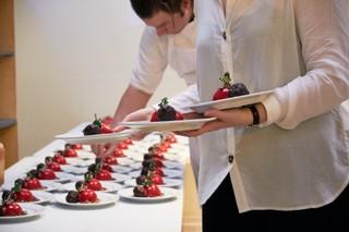 Allan Poulsen anretter dessert til nytårstaffel på Værestedet i Aarhus