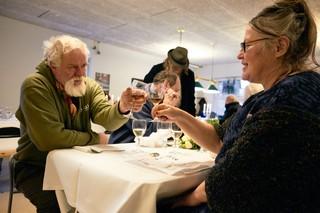 Folk spiser Nytårstaffel på Værestedet i Aaarhus