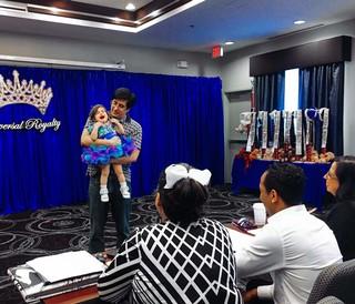 kind-huilt-tijdens-schoonheidswedstrijd-anneke-dhollander