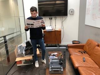 Unser Autor liest die Aufbauanleitung für den 3D-Drucker von Aldi