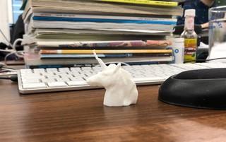 Ein Einhornkopf aus Plastik, gedruckt vom 3D-Drucker