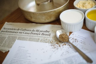 Zutaten für den Maiskuchen neben einem Rezept und zensierten Zeitungsartikeln