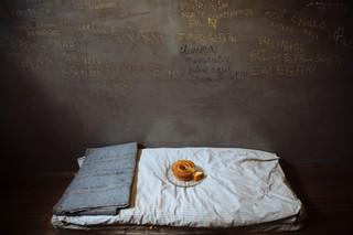 Maiskuchen in einer nachgebauten Gefängniszelle