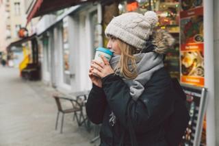 Unsere Autorin trinkt einen erschnorrten Kaffee
