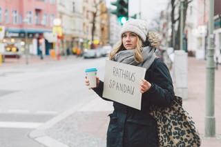 Unsere Autorin hält ein Schild mit der Aufschrift