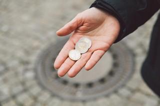 Unsere Autorin hält 5 Euro in der Hand