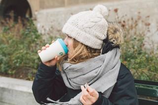 Sie trinkt den Kaffee, er schmeckt