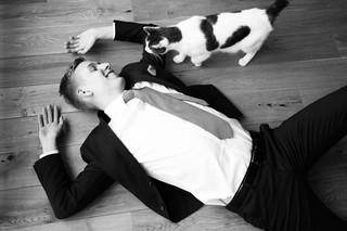 Rasmus Brygger ligger på gulvet med sin kat