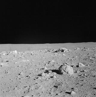 1548431826158-800px-Apollo_14_cone_crater_boulders