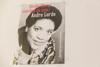 Ein Poster von Audre Lorde hängt im Kirchenraum