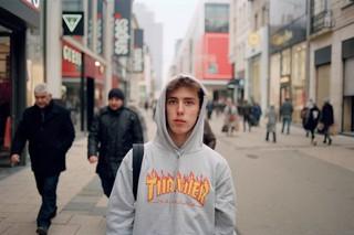 jongen-in-grijze-thrasher-hoodie-skater