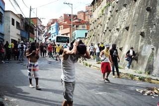 Demonstranten vermummen sich auf den Straßen Caracas