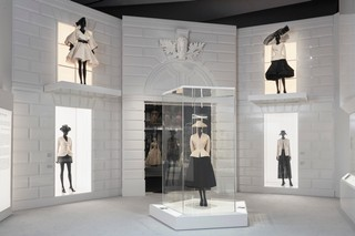 1548861935224-V_A_Christian-Dior-Designer-of-Dreams-exhibition_The-New-Look-section-c-ADRIEN-DIRAND-20