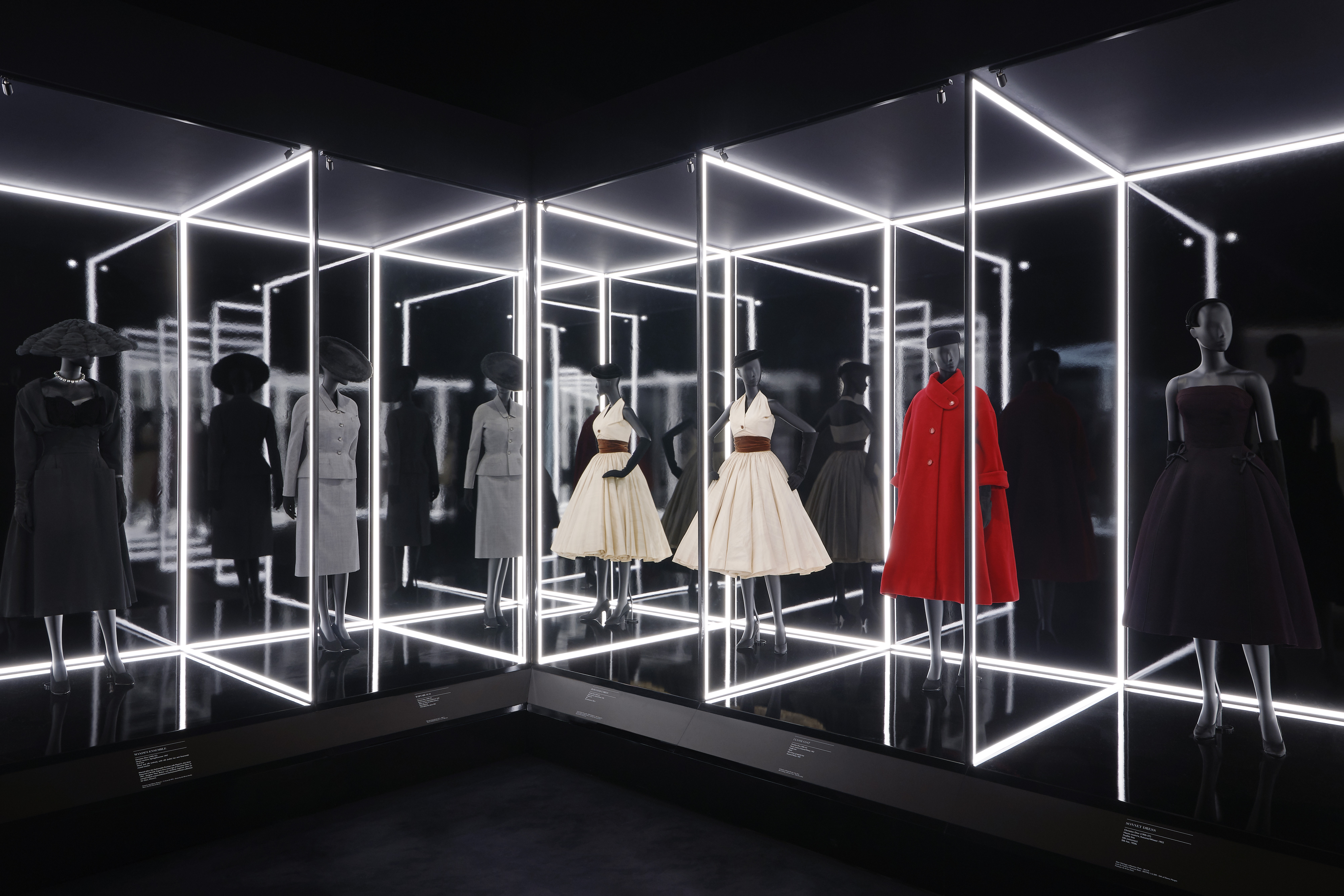 1548861945368-V_A_Christian-Dior-Designer-of-Dreams-exhibition_The-Dior-Line-section-c-ADRIEN-DIRAND-7