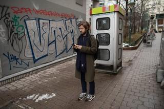 Michi Buchiner mit seinem Handy