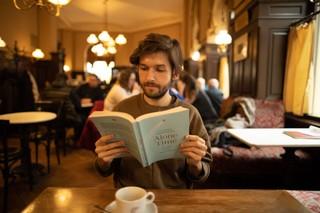 Michi Buchinger liest ein Buch