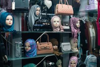 Ein Schaufenster mit Handtaschen und Puppen mit Kopftüchern