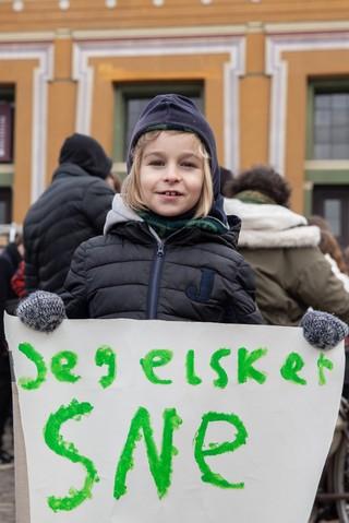 Ung demonstrant til klimademonstration
