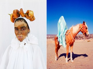 Mous Lamrabat Mousganistan vrouw met eten op hoofd - blauw doek op paard