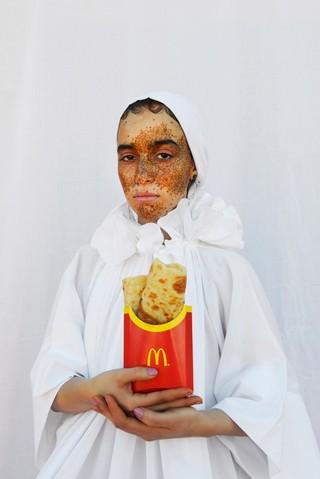 Mous Lamrabat Mousganistan meisje met marokkaanse pannenkoeken in McDonald's frietendoosje