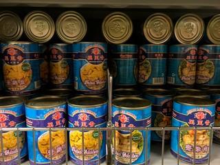 Konservendosen mit vegetarischem Hühnchen und Muscheln im Supermarkt SeeWoo