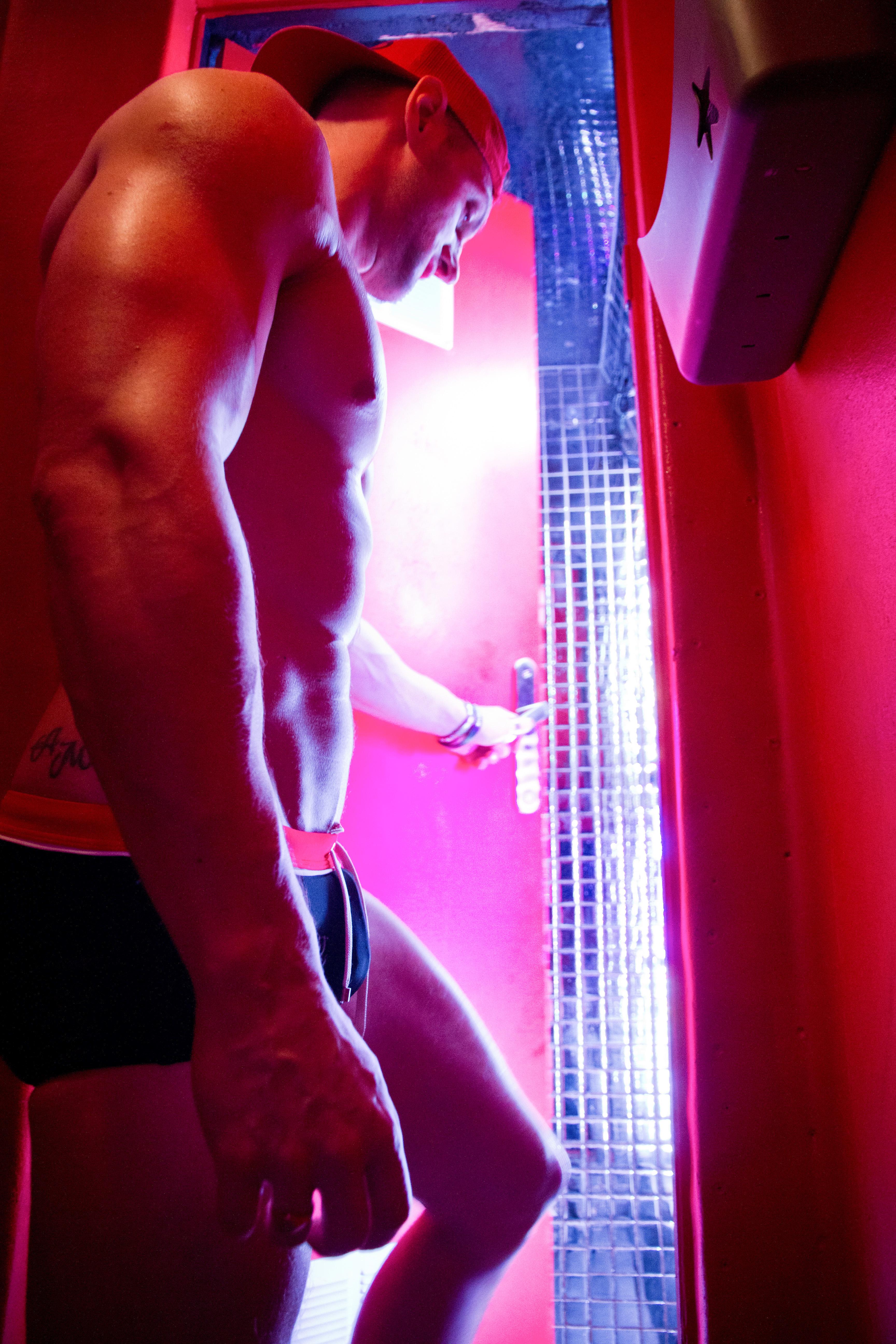 bărbați goi cu erecție erecție slabă brusc