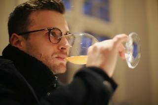 Sommelier drikker vin