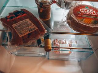 Käsewürstchen und Tortillas im Kühlschrank