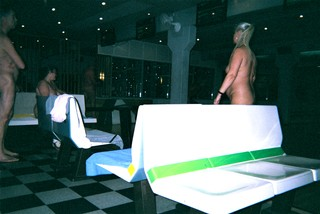 Folk til nøgenbowling i Haslev