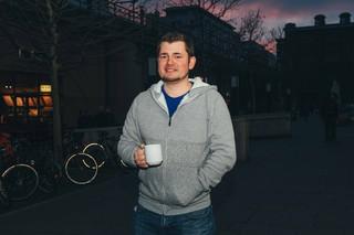 Stephan mit Kaffeetasse in der Hand
