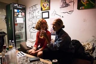 Sara og Claudia backstage på Stengade